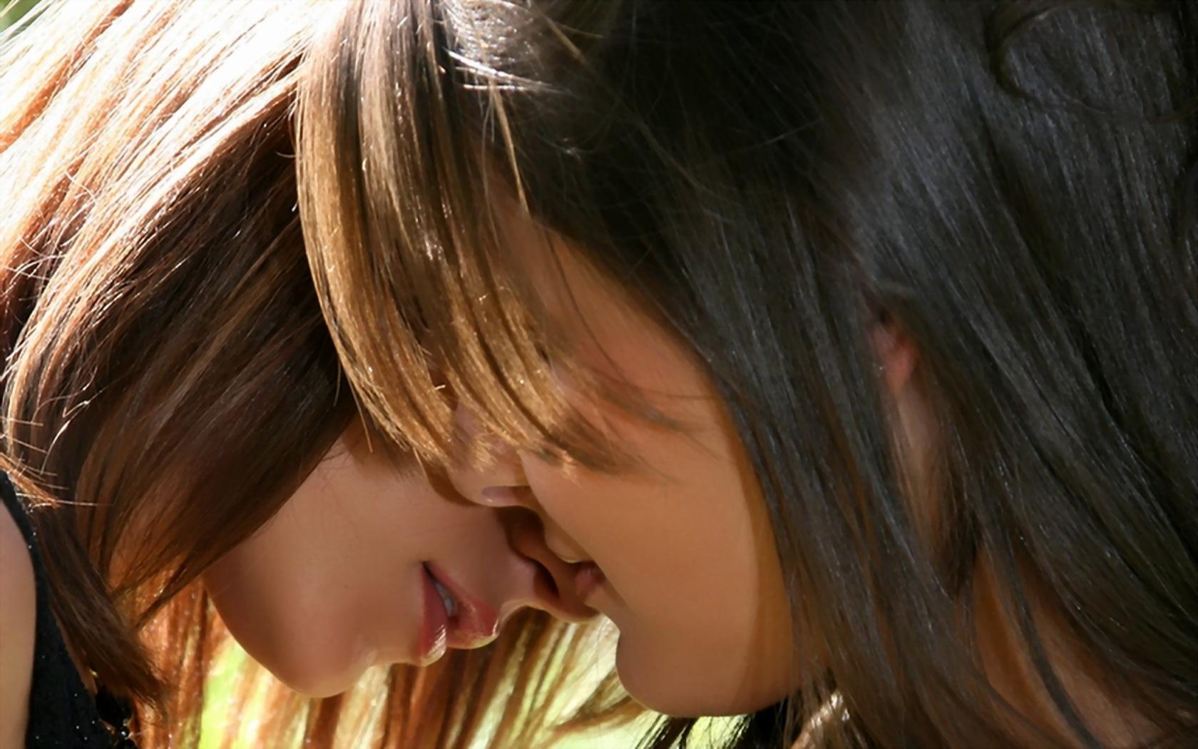 Картинки целующихся девушек, смешными надписями
