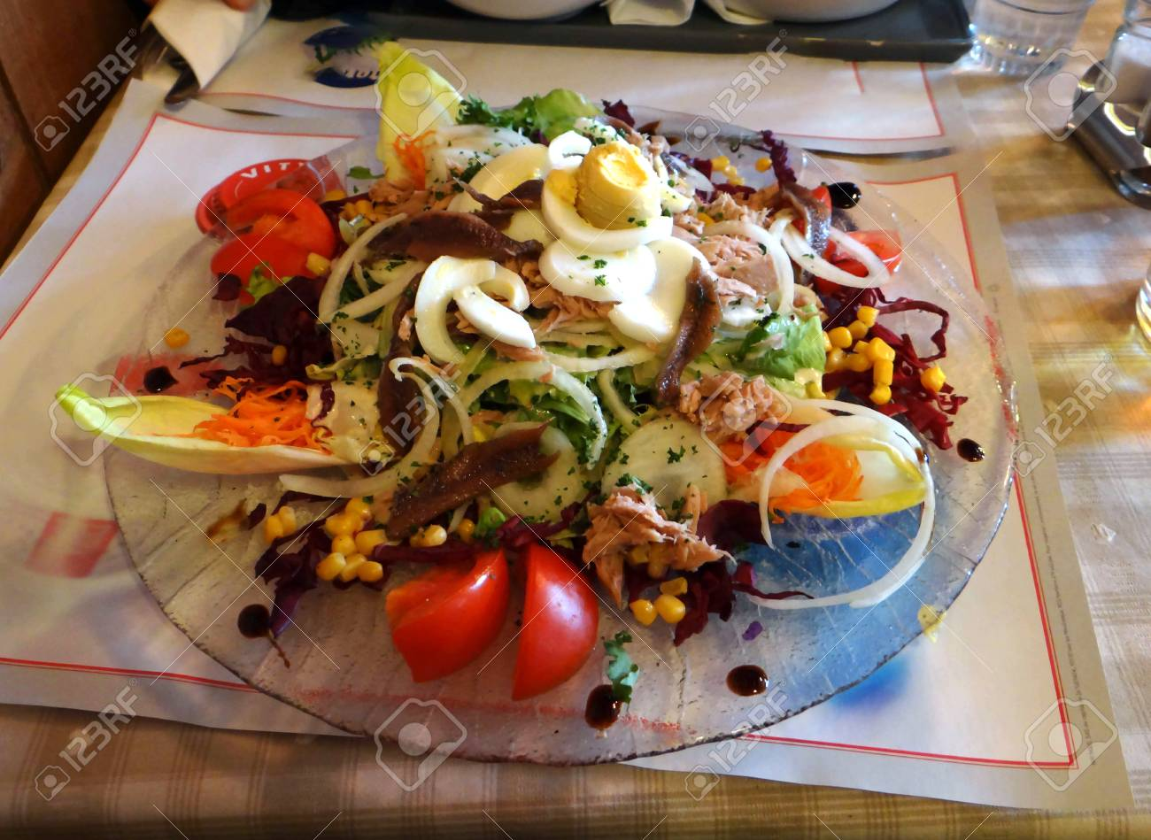 95926889_salade_nicoise_at_a_small_alpine_restaurant_in_les_lindarets_france.jpg